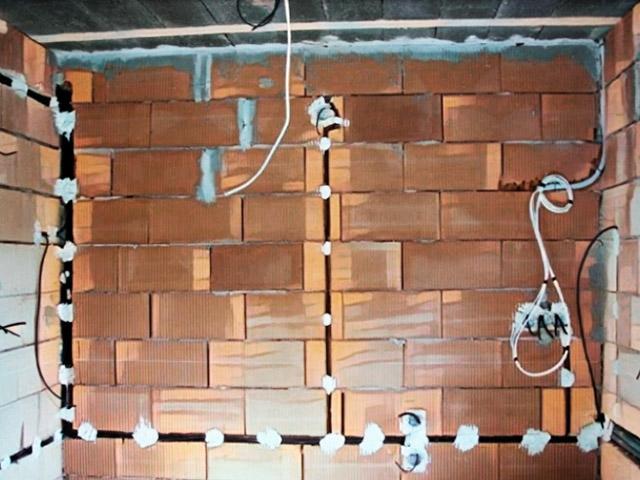 Укладка кабельных трасс в штробе кирпичной стены.