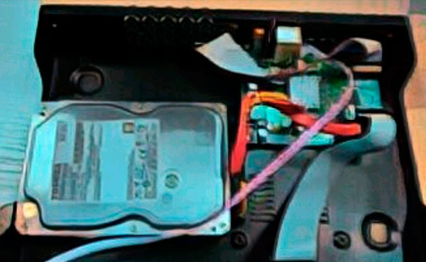 Шлейфы питания и передачи данных в видеорегистраторе.
