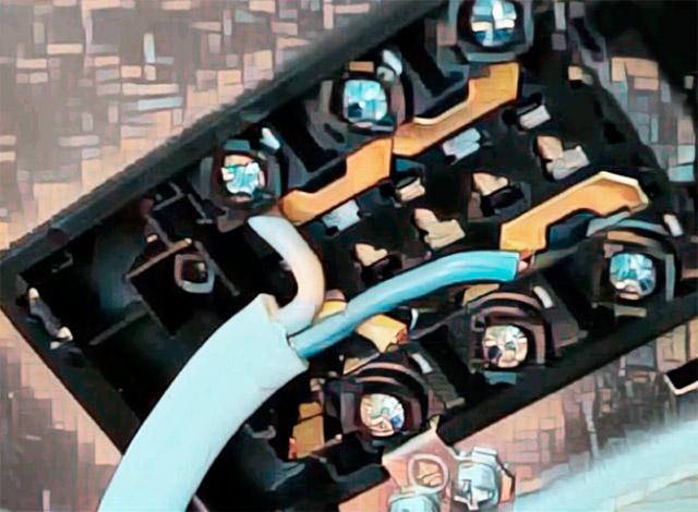 Клеммы подключения проводов электро плиты.