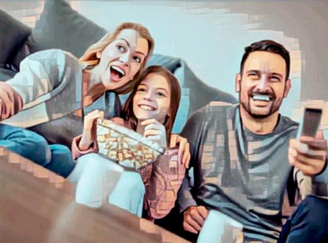 Довольная семья при просмотре ТВ.